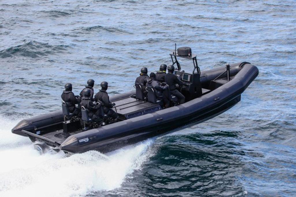 Découvrez nos bateaux RAFALE conçue pour les professionnels et les militaires dans un cadre d'utilisation intensive grâce à son étrave perce vague et sa carène en V.