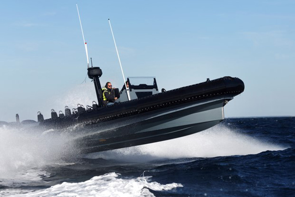 Découvrez des bateaux semi-rigides avec un système de blindage et des coques en tissu hypalon-néoprène.