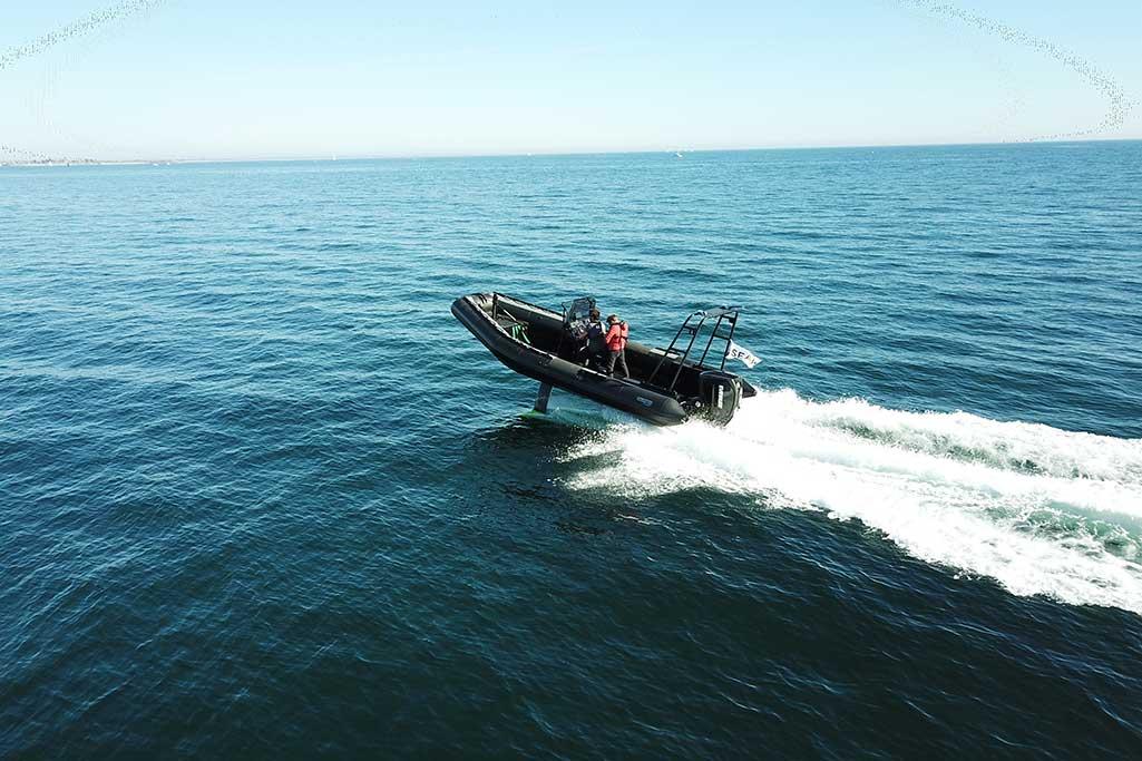 Sillinger propose le bateau Airshark, équipé de foils rétractables, le 765 AirShark navigue sans choc au-dessus des vagues.